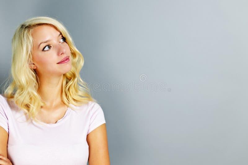 Junge Frau, die oben schaut lizenzfreie stockfotografie