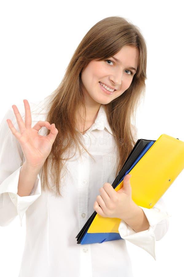 Junge Frau, die okayzeichen anzeigt stockfoto