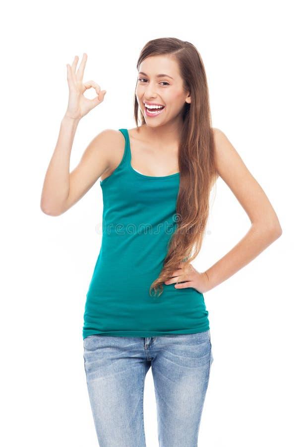 Junge Frau, Die OKAYzeichen Zeigt Stockfoto
