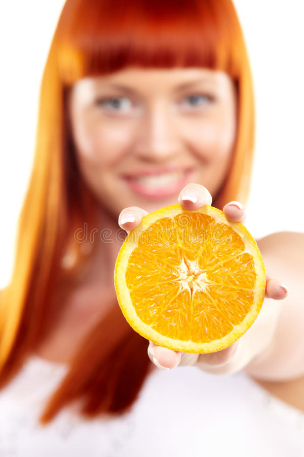Junge Frau, die Orange zeigt stockfoto