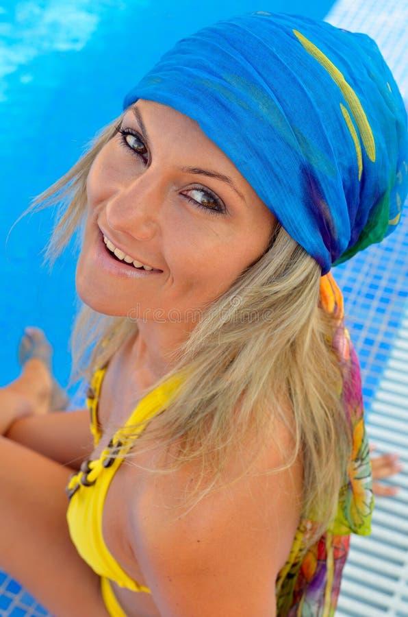 Junge Frau, die am Pool sich entspannt stockbilder