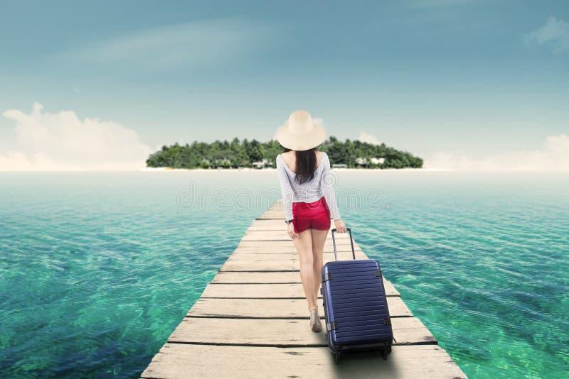Junge Frau, die in Richtung zur Insel geht lizenzfreie stockfotos