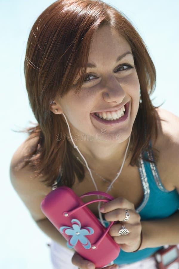 Junge Frau, die rosa Geldbeutel hält stockfotografie