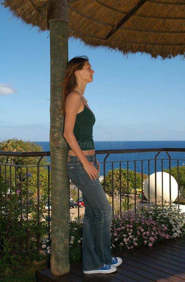 Junge Frau, die ruhiges schaut - Meerblick - Modell lizenzfreie stockfotografie