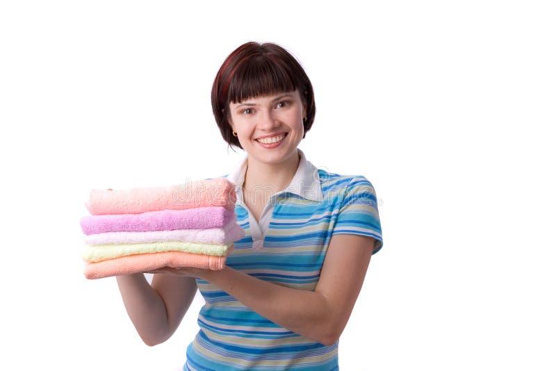 Junge Frau, die saubere Tücher anhält. lizenzfreies stockbild