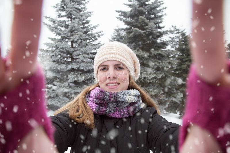 Junge Frau, die selfie über Winterhintergrund nimmt Portrait eines tragenden weißen Kleides des schönen Mädchens lizenzfreies stockfoto