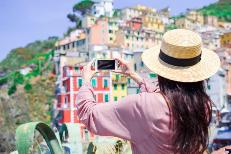 Junge Frau, die selfie Hintergrund schönes altes italienisches Dorf, Cinque Terre, Ligurien nimmt stockfotos