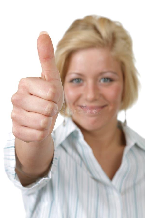 Junge Frau, die sich Daumen zeigt stockfoto