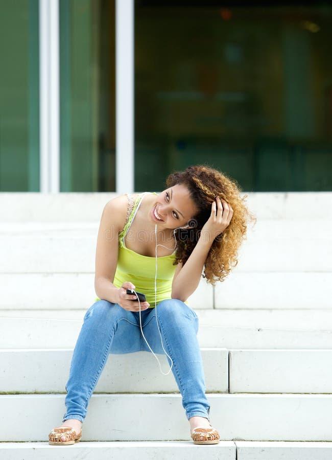 Junge Frau, die sich draußen entspannt stockbild