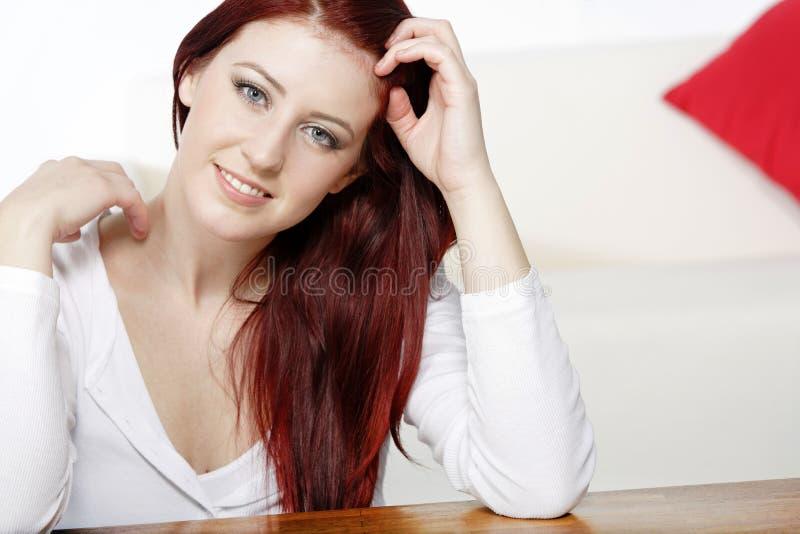 Junge Frau, die sich zu Hause entspannt lizenzfreie stockfotos