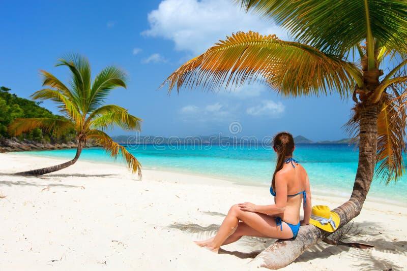 Junge Frau, die am Strand sich entspannt lizenzfreies stockfoto