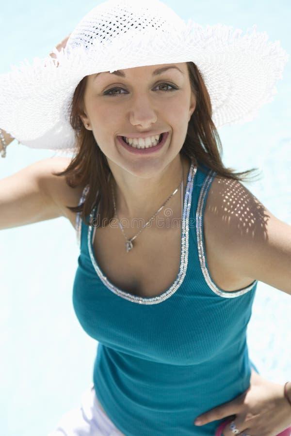 Junge Frau, die Sunhat trägt lizenzfreie stockfotos