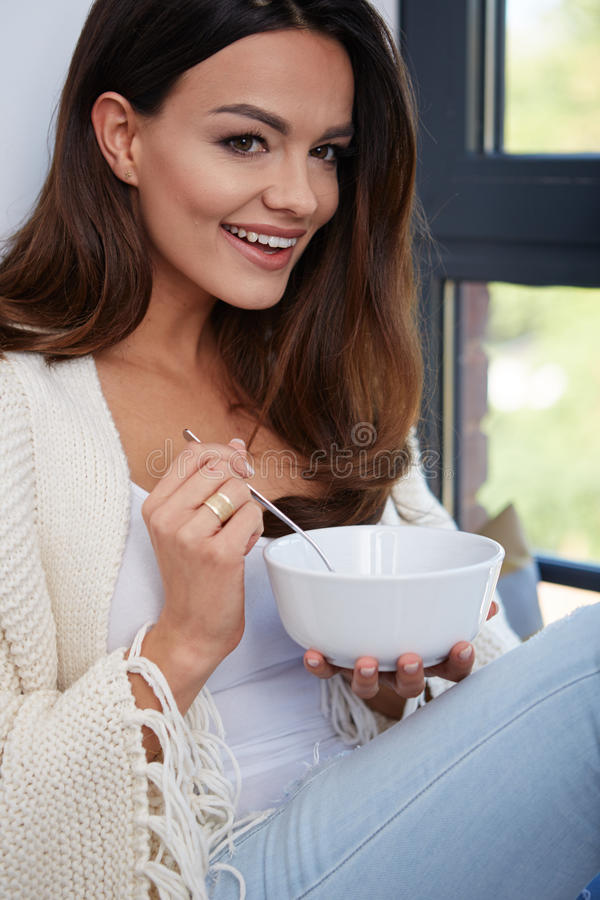 Junge Frau, die Suppe isst lizenzfreies stockbild