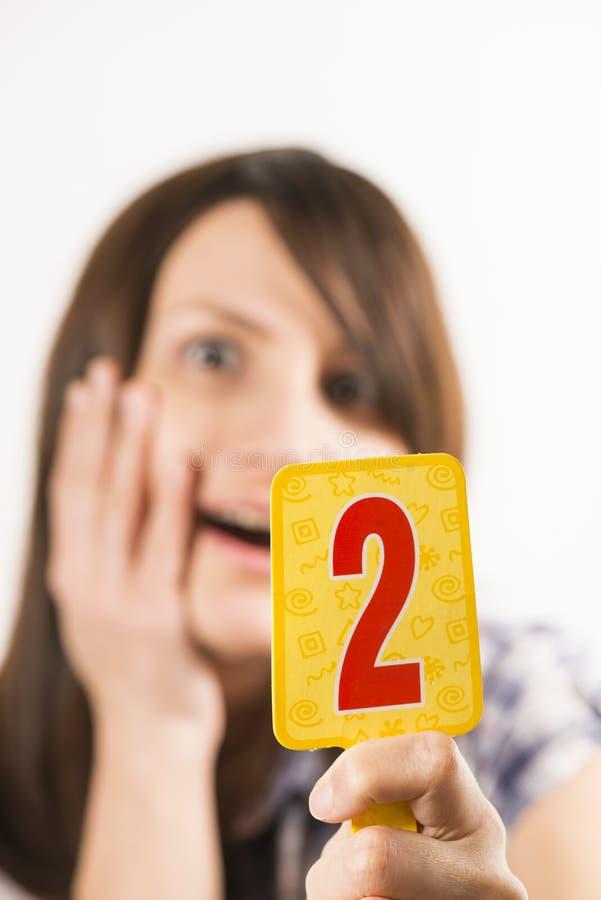 Junge Frau, die Tabelle zwei hält lizenzfreie stockfotografie