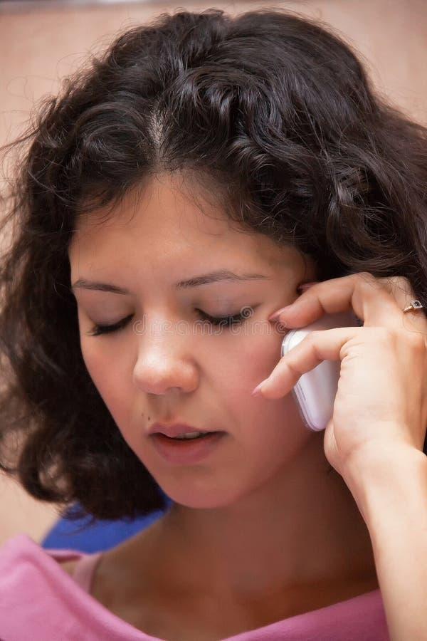 Junge Frau, die Telefon verwendet lizenzfreies stockbild