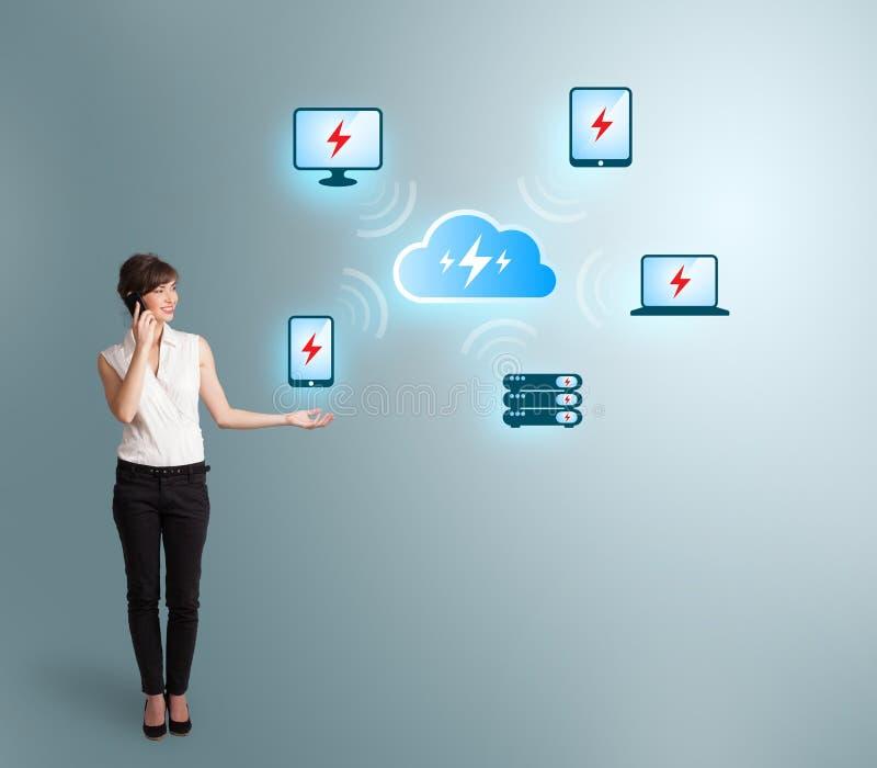 Junge Frau, die Telefonanruf macht und Datenverarbeitungsnetz der Wolke darstellt stockfoto