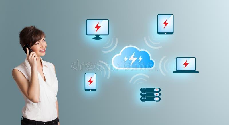Junge Frau, die Telefonanruf macht und Datenverarbeitungsnetz der Wolke darstellt stockbild