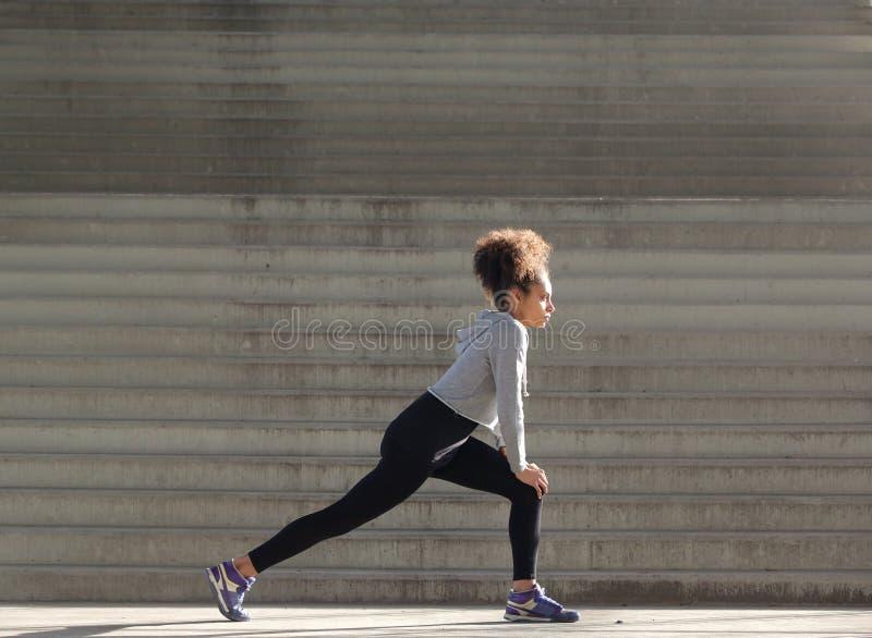 Junge Frau, die Training ausdehnt stockfotografie