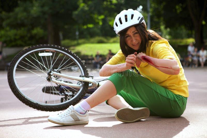 Junge Frau, die verletzt wird und Arm erfasst ist stockfotografie