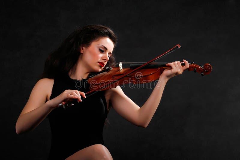 Junge Frau, die Violine spielt lizenzfreies stockbild