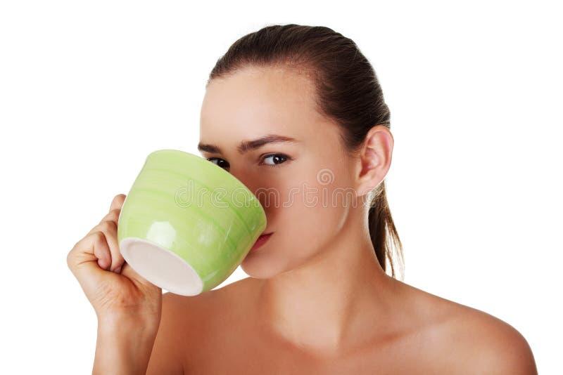 Download Junge Frau, Die Vom Großen Becher Trinkt Stockbild - Bild von dame, heiß: 27730483