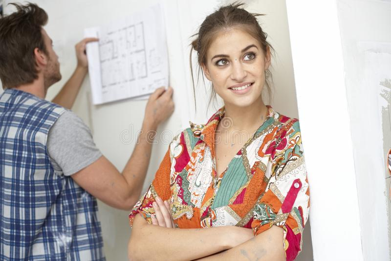 Junge Frau, die von einem neuen Haus träumt lizenzfreie stockfotos