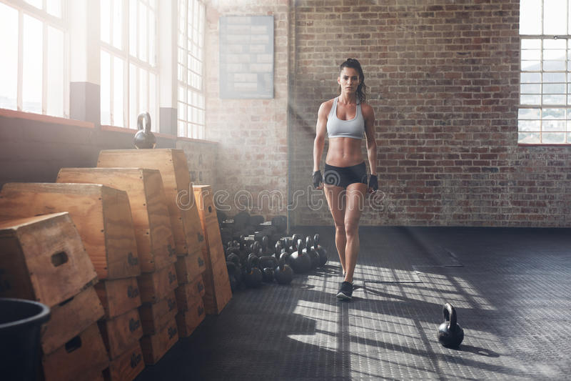 Junge Frau, die vor einem intensiven Training aufwärmt lizenzfreies stockfoto