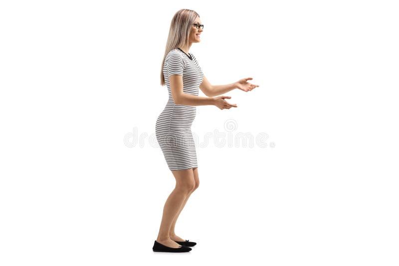Junge Frau, die wartet, um etwas zu fangen lizenzfreie stockfotografie