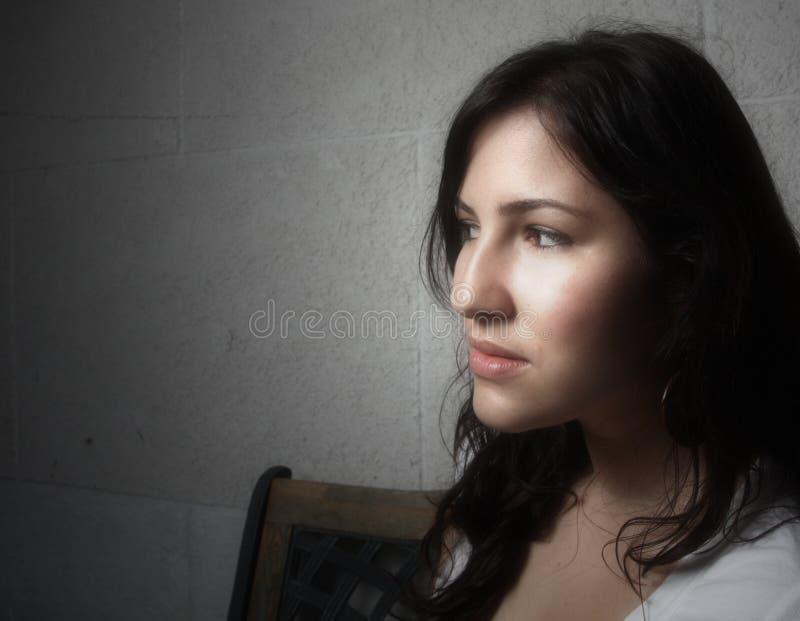 Junge Frau, die weg flüchtig blickt stockbilder