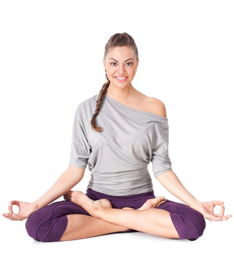 Junge Frau, die Yogaübung Padmasana tut (Lotus-Haltung). lizenzfreies stockfoto