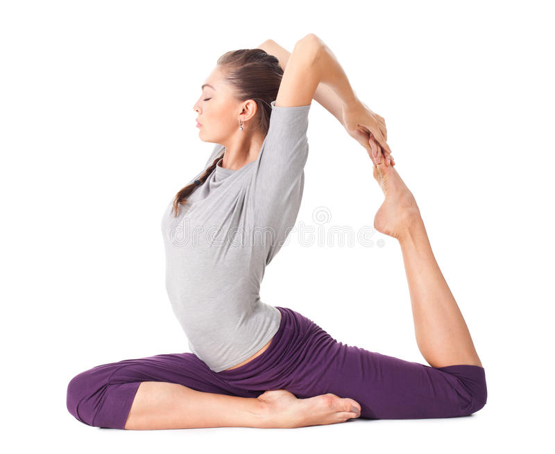 Junge Frau, die Yoga asana Eka Pada Rajakapotasana tut (eins mit Beinen versehen lizenzfreie stockfotos