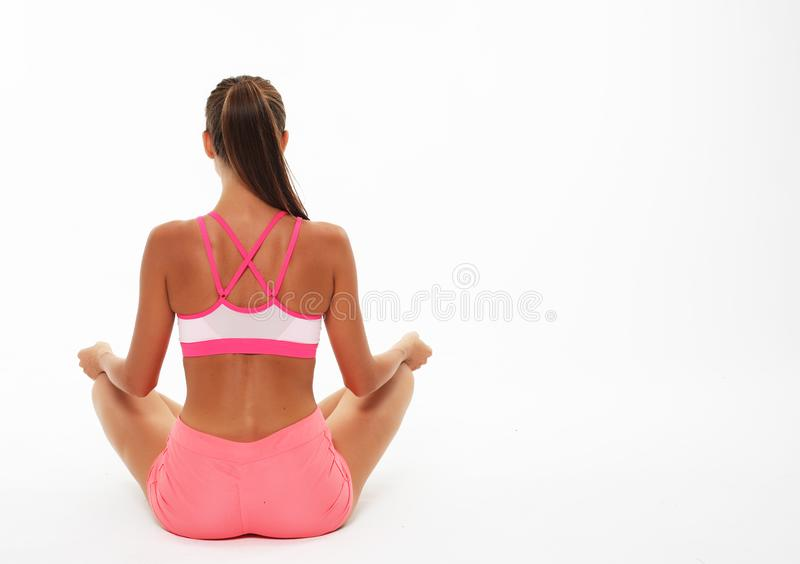 Junge Frau, die Yoga asanas, Ansicht von der Rückseite tut lizenzfreies stockfoto