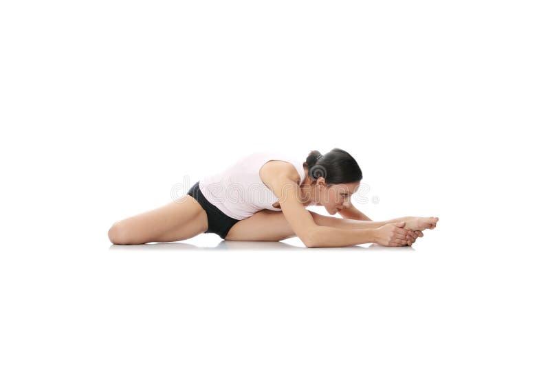 Junge Frau, die Yoga ausübt lizenzfreie stockbilder