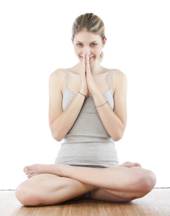 Junge Frau, die Yoga bildet stockfoto