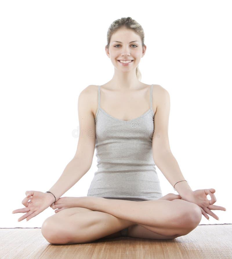 Junge Frau, die Yoga bildet stockfotos
