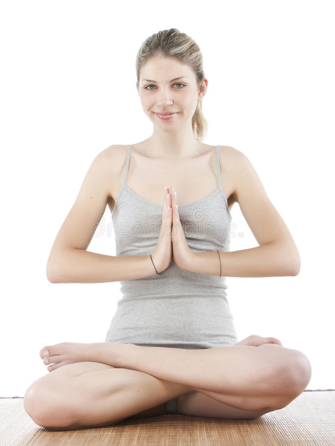 Junge Frau, die Yoga bildet stockbild