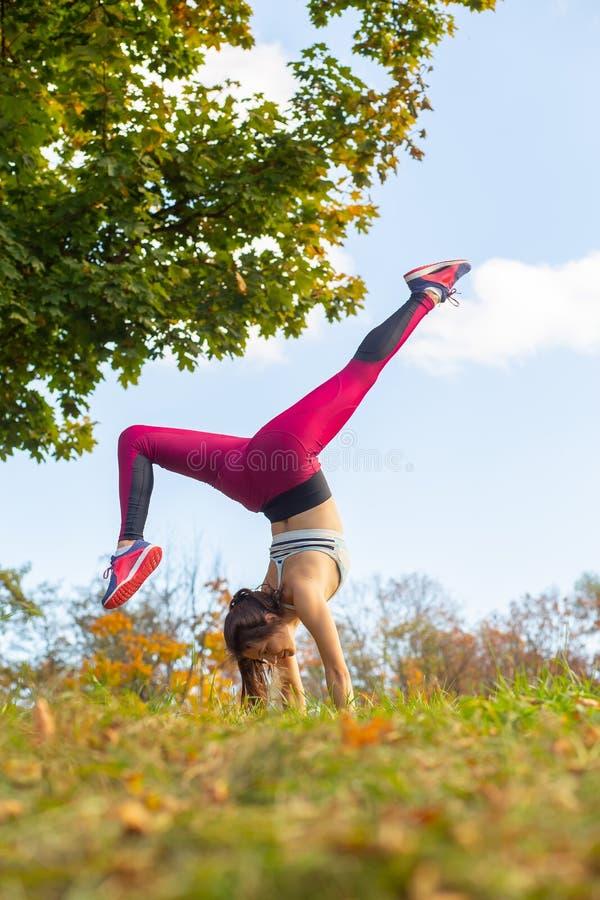 Junge Frau, die Yoga macht lizenzfreie stockfotografie