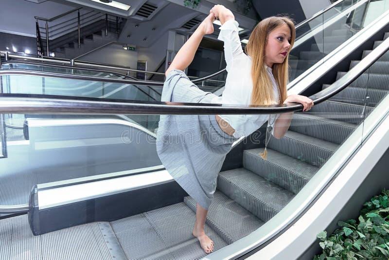 Junge Frau, die Yoga tut Städtisches Yoga Frau, die Yoga tut stockfotos