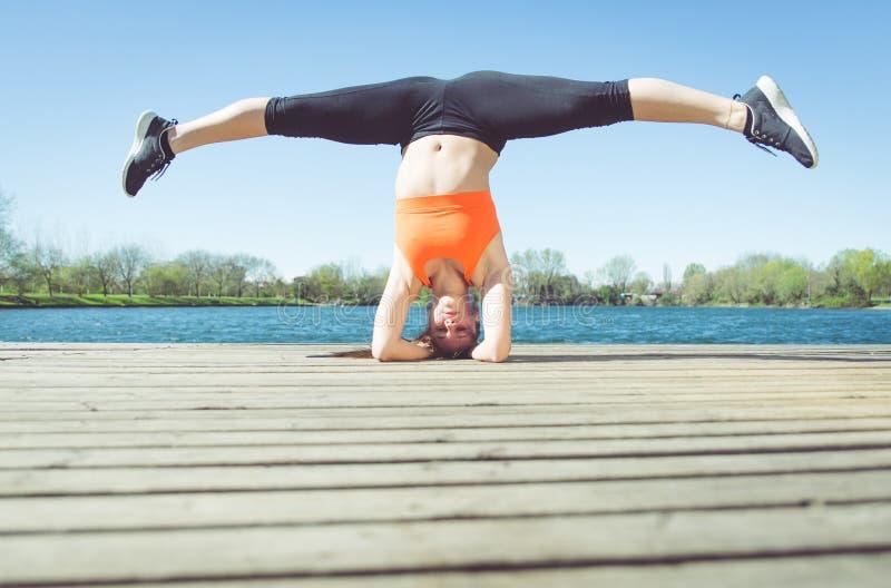 Junge Frau, die Yogaposition macht stockbild