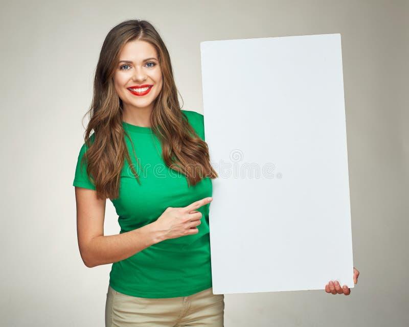 Junge Frau, die Zeichengeschäftsbrett hält stockfotos