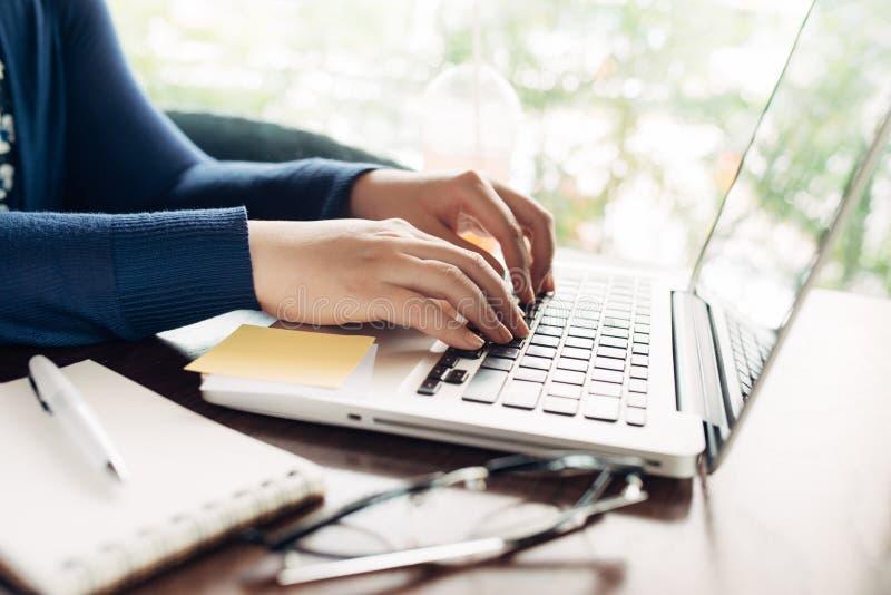 Junge Frau, die zu Hause, kleines Büro arbeitet stockfotos