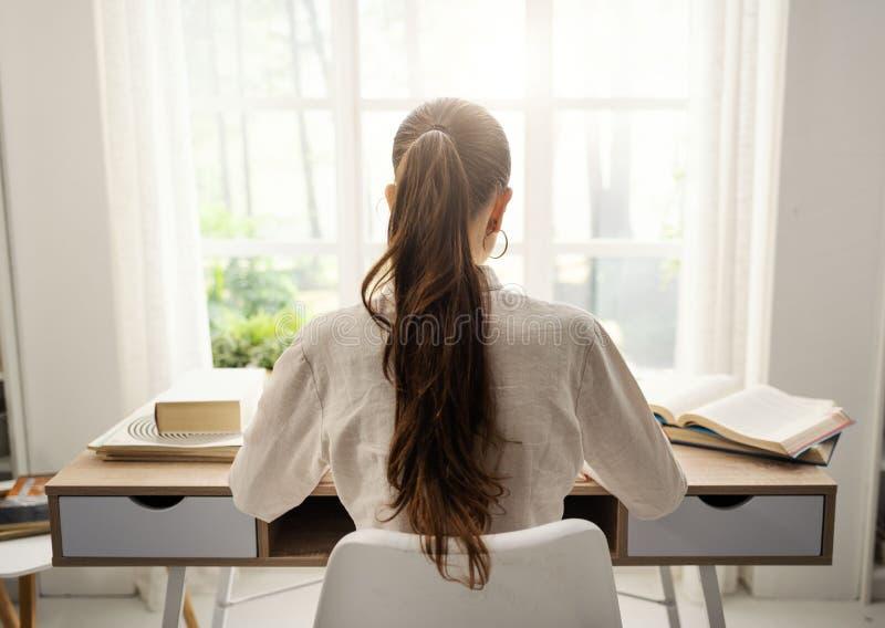 Junge Frau, die zu Hause lernt stockbilder