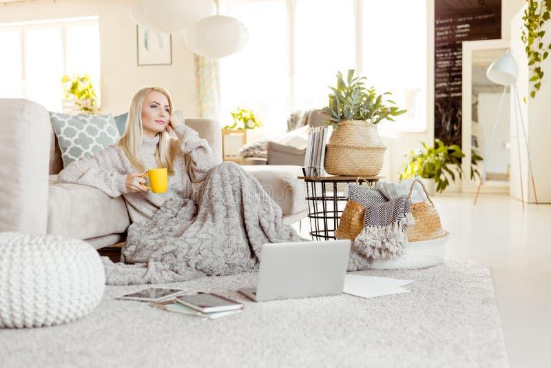 Junge Frau, die zu Hause, Winterzeit stillsteht lizenzfreies stockfoto