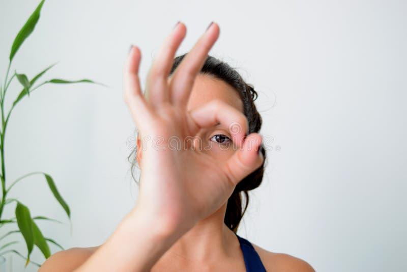 Junge Frau, die zu Hause Yoga tut lizenzfreies stockbild