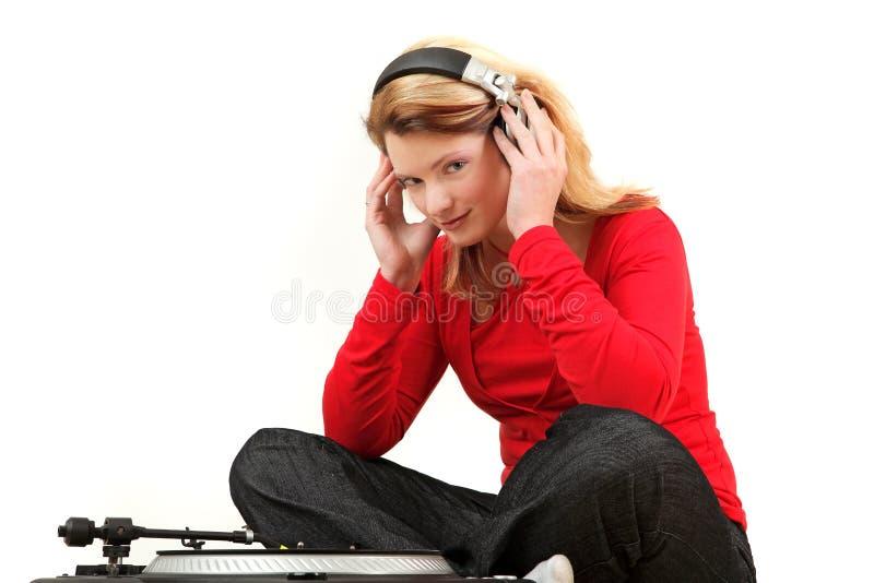 Junge Frau, die zum Satz hört lizenzfreies stockfoto