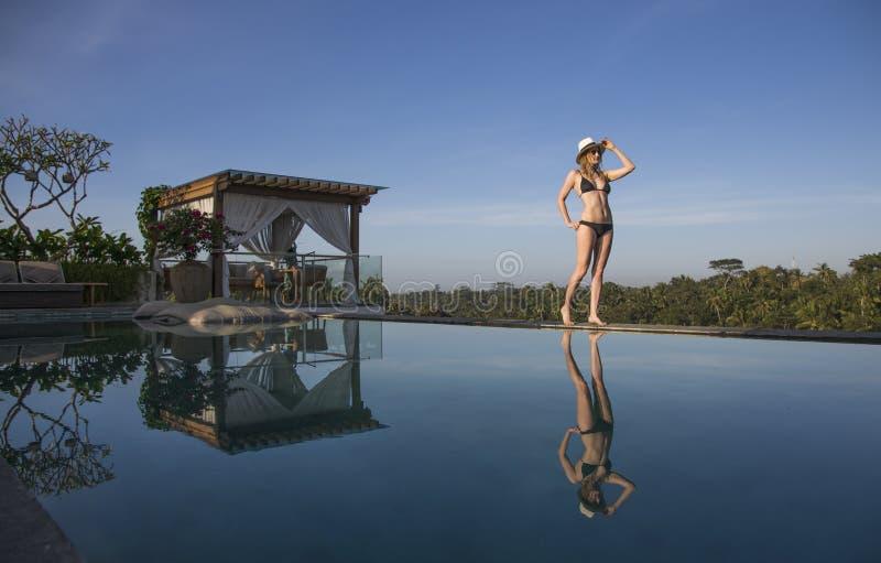 Junge Frau durch das Pool lizenzfreie stockfotografie