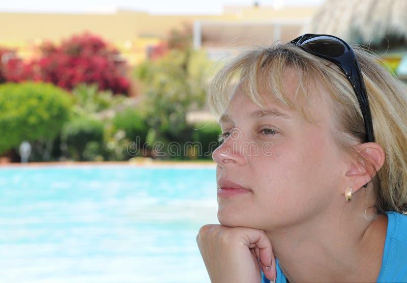 Junge Frau durch den RücksortierungSwimmingpool lizenzfreie stockbilder