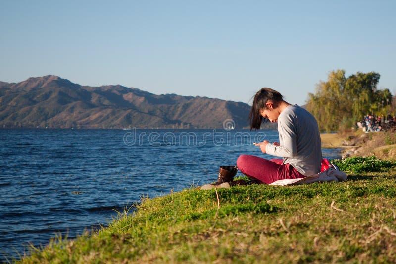 Junge Frau durch den San Roque See stockfotografie