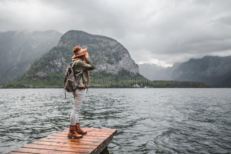 Junge Frau durch den See lizenzfreies stockfoto