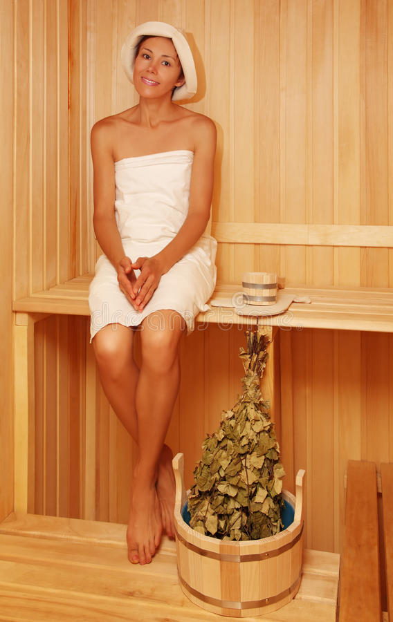 Junge Frau in einem Dampfbadezimmer stockfotos